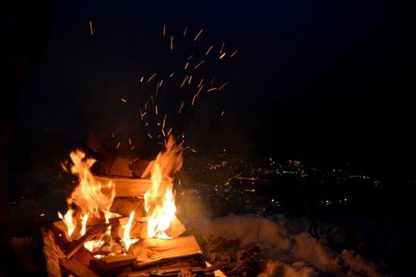 Vardebål på Tjeldbergtind over Svolvær