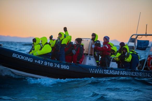 Leszek vinker entusiastisk fra ribb, fotograf Sofie Pedersen